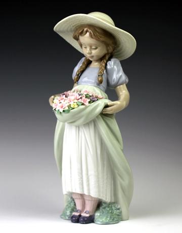 リヤドロ(Lladro リアドロ 陶器人形 置物) 花と少女 たくさん摘めたよ#ldr-6756