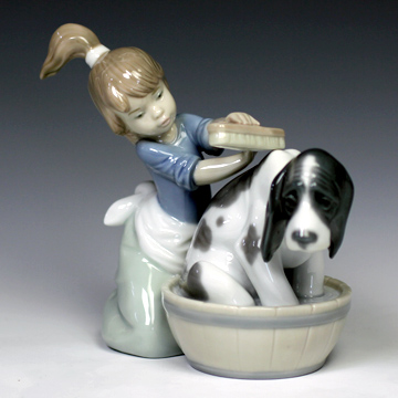 リヤドロ(Lladro リアドロ 陶器人形 置物) 犬と少女 きれいにしましょうね #ldr-5455