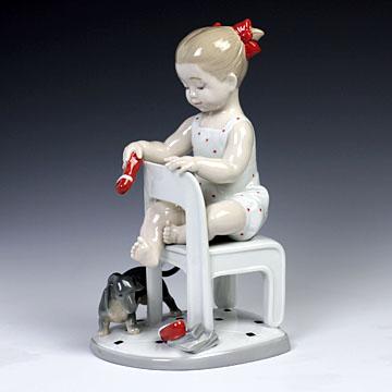 リヤドロ(Lladro リアドロ 陶器人形 置物) 犬と少女 隠しちゃだめよ(ミニチュアダックスフント)#ldr-8524