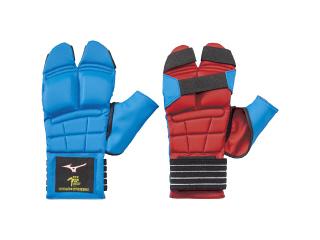 手首のミズノマークがランバードのみに変わりましたランバードの下にmizunoと入っているものと全く同じ商品です 小学生専用赤 青リバーシブル拳サポーター 全日本空手道連盟検定品 ミズノ 本日限定 全空連 祝日