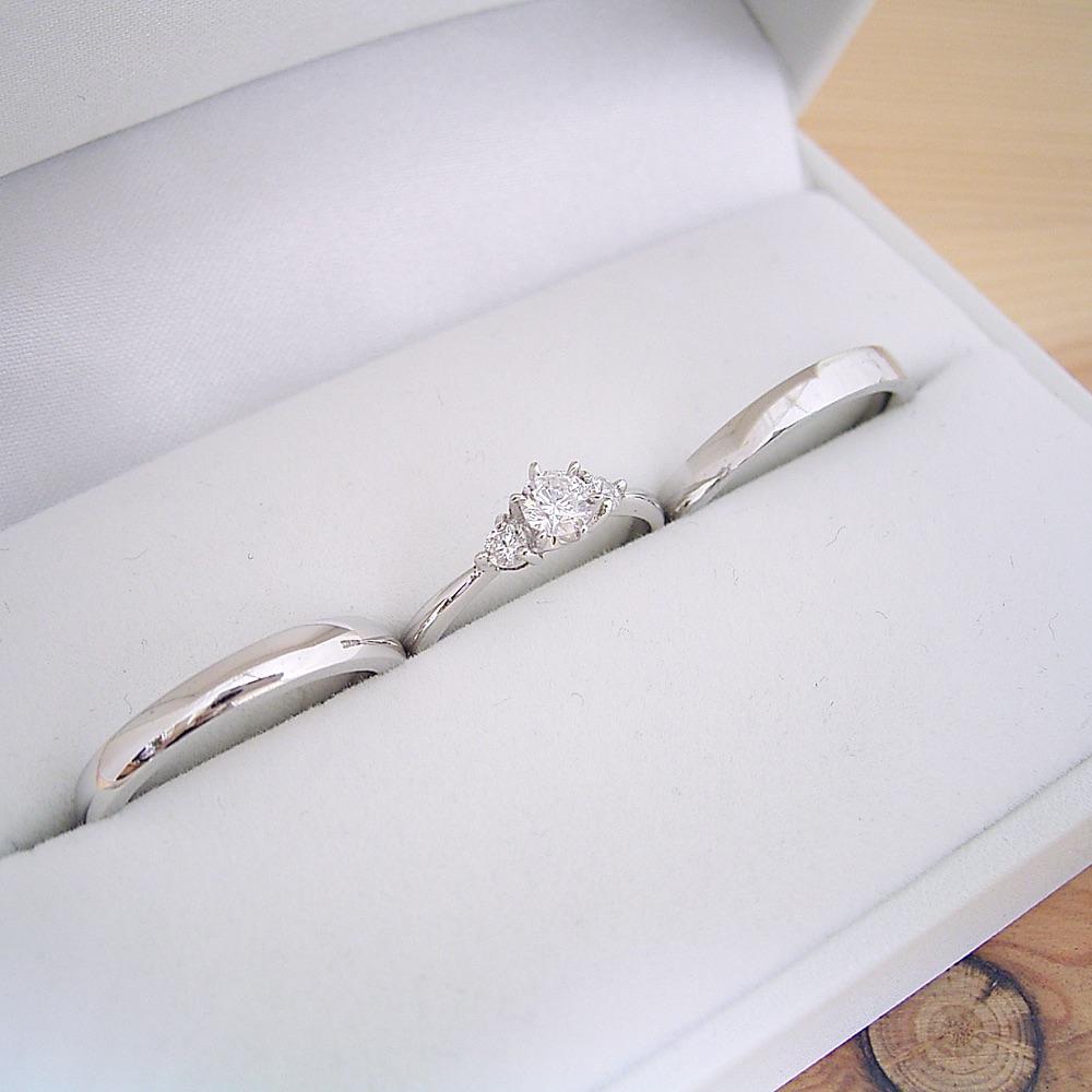 シルバーの婚約指輪+結婚指輪 ペアリング の3点セットが3万円で購入できます ケース ラッピング袋 メッセージカード付き もちろん送料無料 1万円 婚約指輪 結婚指輪 ブライダルジュエリー キュービックジルコニア 3本セット 平打ちリング 甲丸リング プロポーズリング 0.3カラット シルバー オンラインショップ 送料無料 (人気激安) 磨き布