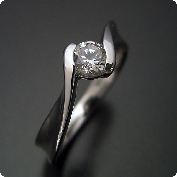 【婚約指輪】エンゲージリング【0.3ct】一粒【0.3カラット】ダイヤモンド【ブライダルジュエリー】プラチナ【結婚指輪】マリッジリング【本当に美しいひねりの婚約指輪】標準仕様グレード【宝石鑑別書付き】