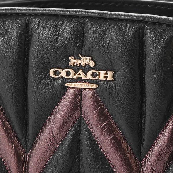 b4a7de967d10 上質なブラックのレザーにステッチであしらわれた光沢感のある模様が目を引くハンドバッグ。フロントのメタルロゴやレザーチャームがさりげなくブランドをアピールし  ...