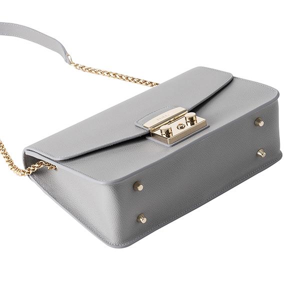 50743d0b5e77 細かな型押しが施されたレザーにアイコニックなゴールドの留め具が輝く、上品で高級感あふれるショルダーバッグ。クラシカルなスクエアフォルムにチェーンを使用した  ...
