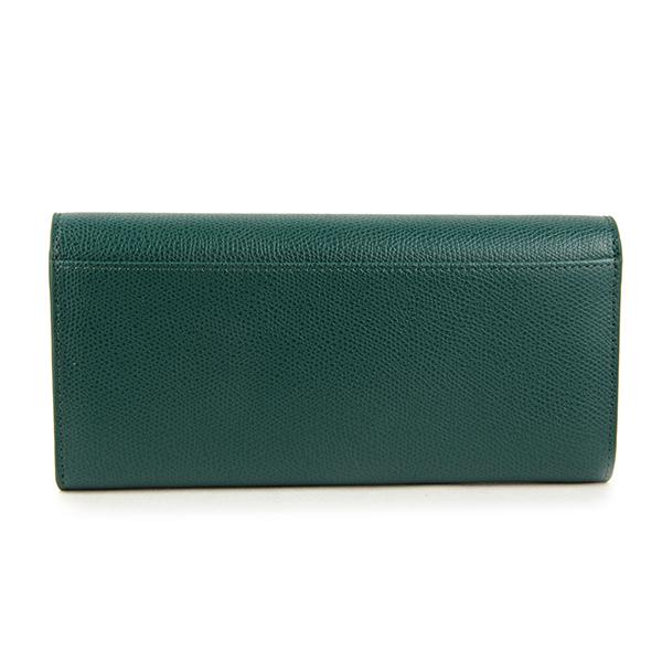 8550e5a28e73 シボが施されたレザーを使用したフラップタイプの長財布。フルラのアイコンバッグでもある「メトロポリス」と同じデザインの留め具がラグジュアリーなアクセント。