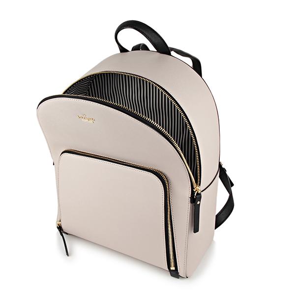 50ffb22e3d30 細かな型押しが施されたレザーを使用したエレガントな雰囲気のバックパック 。シンプルなデザインにゴールドのメタルロゴとブラックカラーのトリミングがアクセント。