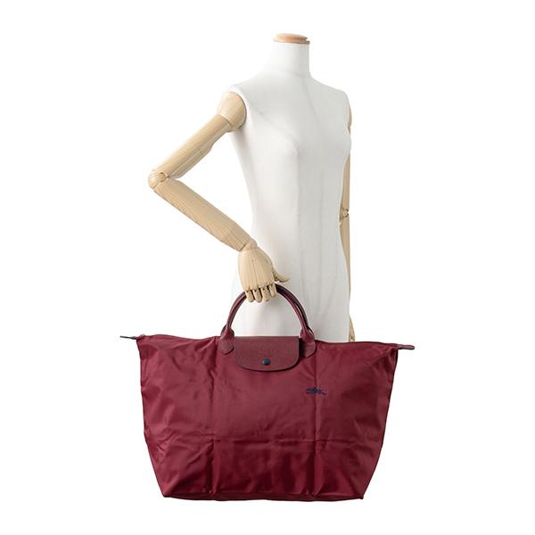 8e435a8ea311 20年以上愛され続けている「ル・プリアージュ」ラインのトラベルバッグ。耐久性と軽さに定評のあるナイロン素材を使用、フロントに刺繍されたロゴやスナップボタンと  ...