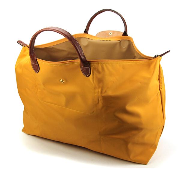 531752fe16a5 20年以上愛され続けている「ル・プリアージュ」ラインのラージサイズのトラベルバッグ。耐久性と軽さに定評のあるナイロン素材を使用、ハンドルやフラップ部にレザーを  ...