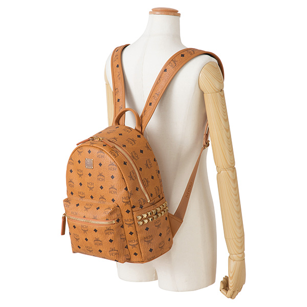 2d21e7e85def ブランドを象徴するモノグラムビセトスのコーティングキャンバスを使用したスモールサイズのバックパック。両サイドのポケットについたゴールドカラーのスタッドが  ...