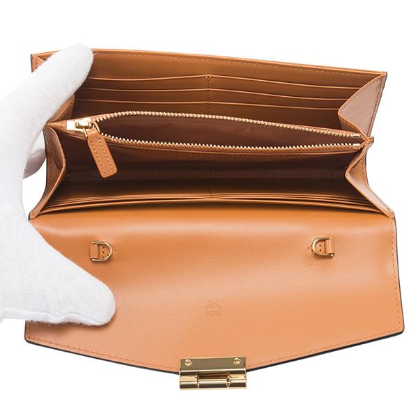 2af40cb58c4e エムシーエム定番のシグニチャーモノグラムのコーティングキャンバス素材に上質なレザー素材を組み合わせた長財布。ロゴが刻印されたローレルロッククロージャーが  ...