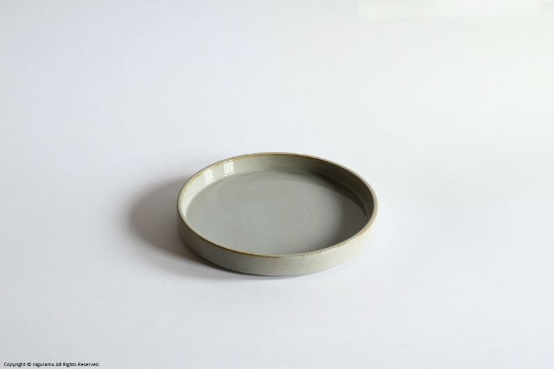 灰釉の柔かな表情が魅力の平らなお皿 モデラート プレート 積み重ね スタッキング 可能 豊富なバリエーションでコーディネートも楽しめます セラミックジャパン 国際ブランド グレー Moderato japan M 内祝い ceramic