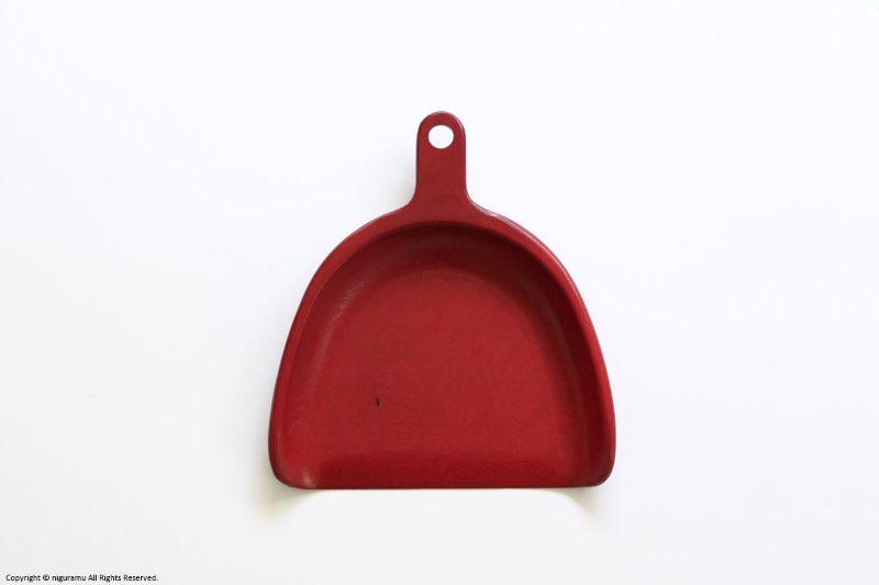 ゴミを取りやすいよう口先に勾配を付け薄く仕上げた木製チリトリ飾っても愛らしいデザインです 激安通販 木のちりとり 赤 オープンスタジオ OPEN 10%OFF STUDIO
