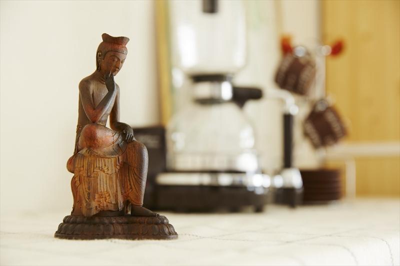 約20cmの掌サイズの姿の中に日本の匠の技を凝縮! 身近における仏像シリーズ イSム TanaCOCORO『掌』 弥勒菩薩