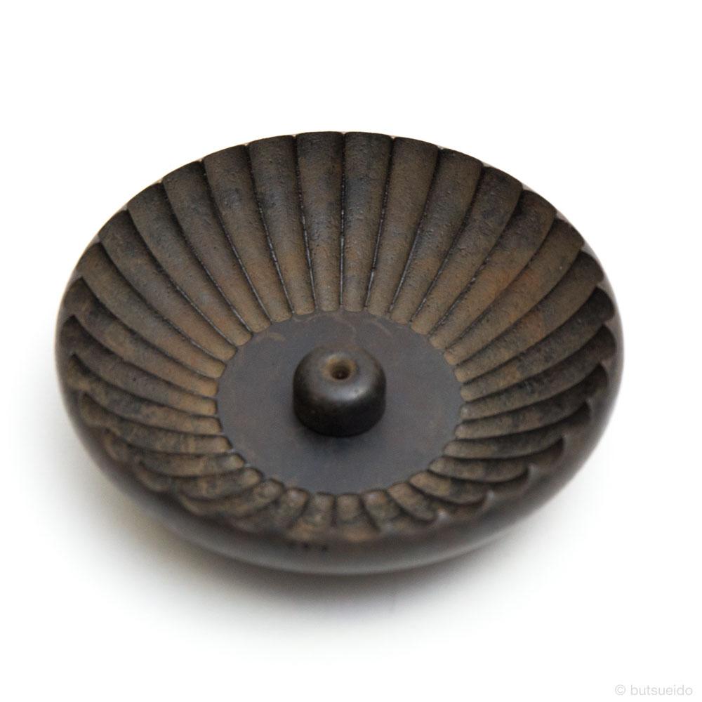 仏具・真鍮具足 奏音 菊割香皿(黒茶)