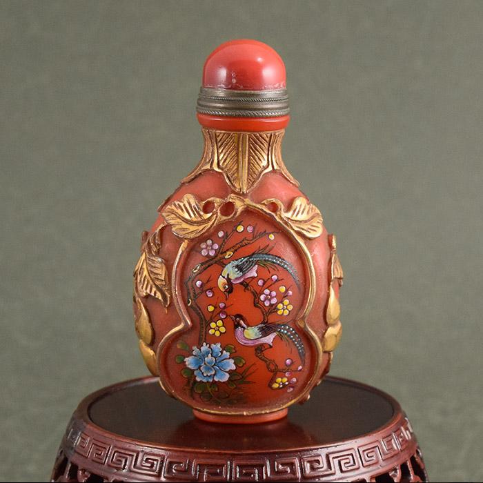 レッドとゴールドで表現されたシノワズリーの世界鼻煙壺190105鼻煙壷 鼻煙壺 中国 芸術 シノワズリー インテリア コレクション 嗅ぎたばこ入れ アンティーク 小物 コレクター 垂涎