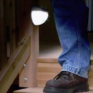 全ての商品が 公式通販 送料無料 の素敵なお店 最大10倍ポイント企画開催中 暗くなると闇を検知し自動で点灯する誘導灯ソーラー部分が光と闇を検知し暗くなると自動で点灯 単3電池 ON OFFスイッチ感知切替可能 プレゼント 白光 光種類 蛍光灯 2種類 暖光