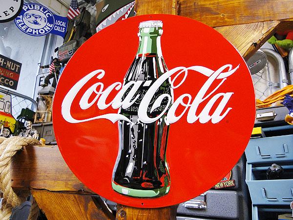 アメリカを飾るなら絶対外せないマストアイテムをお届け コカ コーラのエンボスティンサイン コンツアーボトル ラウンドタイプ ■ コカコーラグッズ 雑貨 グッズ ブランド Coca-Cola 内装 壁面装飾 インテリア 装飾 飾り アメリカン雑貨 コーラ 割引 アメリカ雑貨 ウォールデコレーション 新品未使用 ディスプレイ