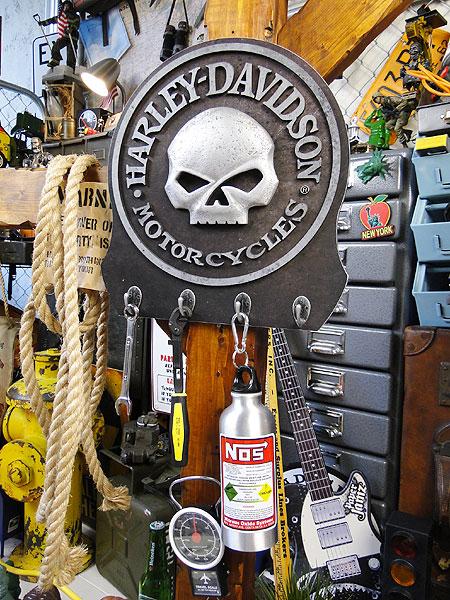 ハーレーダビッドソンのスカルフックボード ■ アメリカ雑貨 アメリカン雑貨 カントリー雑貨 壁掛け 壁付け 木製 カギ掛け インテリア雑貨 生活雑貨 こだわり派が夢中になるアメリカ雑貨屋 通販 鍵かけ フック 壁