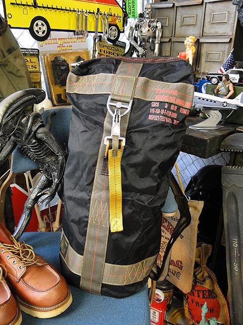 パラシュート部隊が使用するパラシュートバッグがモチーフ フライングボディバッグ 定番キャンバス ダッフルバッグ 送料無料お手入れ要らず ブラック