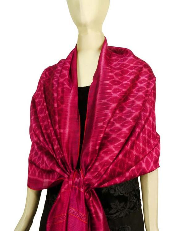 カンボジアで手織りされたシルクサロン(腰布) 特大ショールやタペストリーに。 マゼンタ系 幅広 大判 送料無料