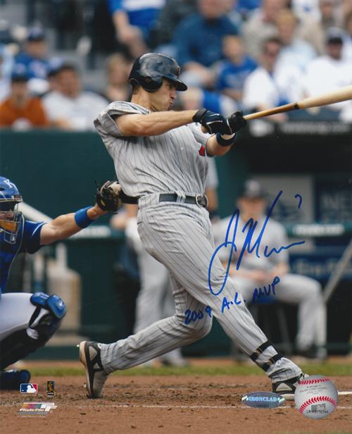 ジョー・マウアー 直筆サインフォト 8x10 (Vertical Swing from 1st Base) 「2009 AL MVP」 インスクリプション入り / Joe Mauer