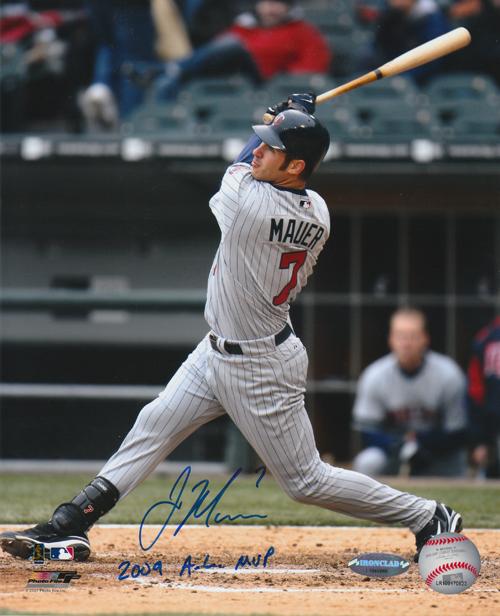 ジョー・マウアー 直筆サインフォト 8x10 (Vertical Swing from 3rd Base) 「2009 AL MVP」 インスクリプション入り / Joe Mauer
