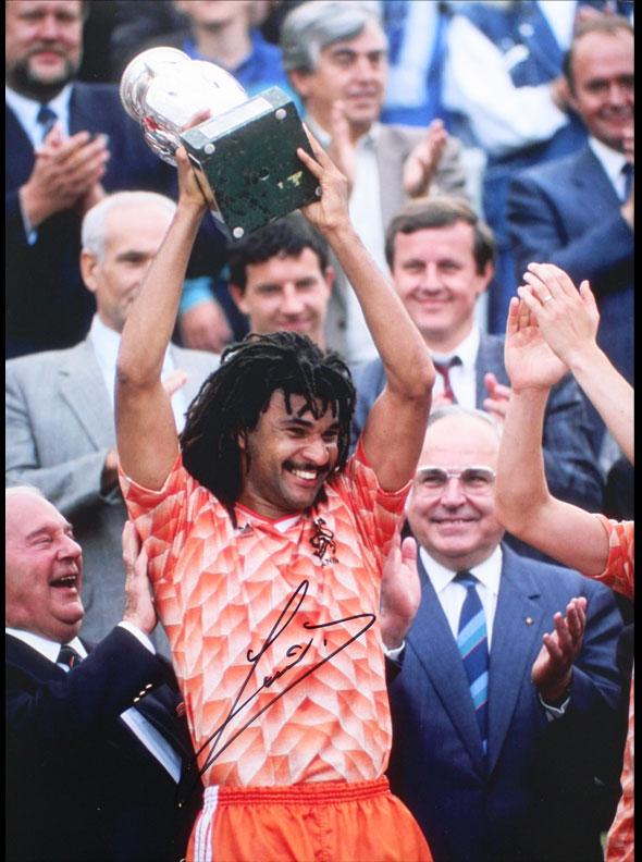 ルート フリット 直筆サイン入りフォト ユーロ トロフィー Ruud Gullit Signed trophy Euro Photo: 25再入荷 1988 12 大規模セール final 直営限定アウトレット
