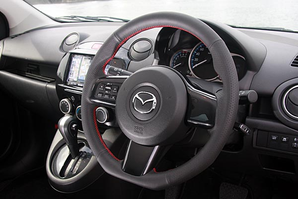 AutoExe (オートエグゼ) Sports Steering Wheel スポーツステアリングホイール レッドステッチ(本革/グリップ部ディンプル加工)エアーバックシステム/ステアリングスイッチ対応デミオ DE系ステアリングベゼル非装着車に装着不可。