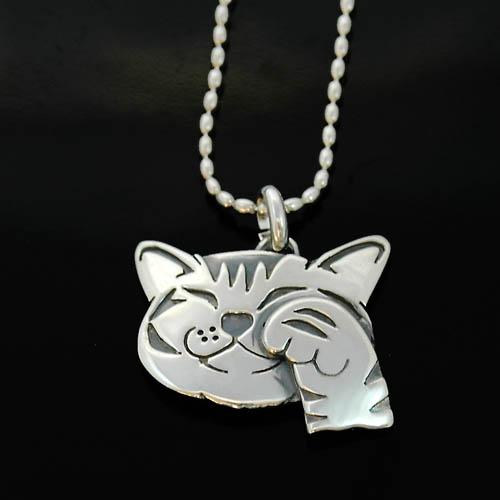 猫 シルバー ハンドメイドペンダント「笑う猫」(手付)【猫 アクセサリー ネックレス】