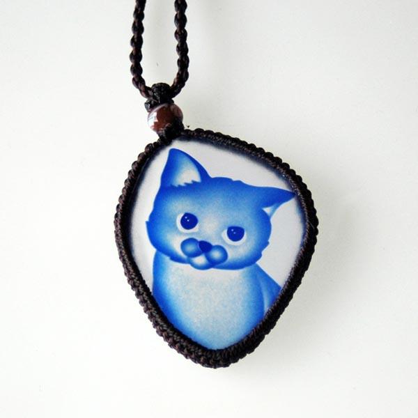 猫 硝子彫刻 ペンダント(フリーカットブルー)【猫 アクセサリー】