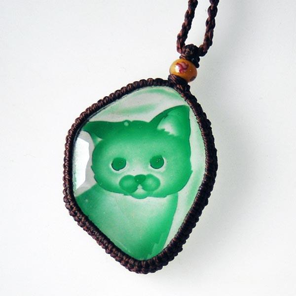 猫 硝子彫刻ペンダント(フリーカット グリーン)【猫 アクセサリー】