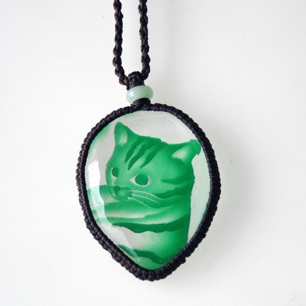 猫 硝子彫刻ペンダント(フリーカットグリーン トラ)【猫 アクセサリー】