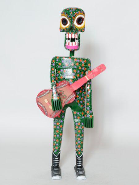 ギターカラベラXLチャイハネ 公式 エスニックGXXP7892ラテンアメリカの風習「死者の祭り」のモチーフ。日本で言うお盆です! カラフルなカラベラ(スカル)で盛大なイベントにする慣わしです。ギターを弾いてる盛り上げ上手なカラベラの置物。ビッグサイズです!!