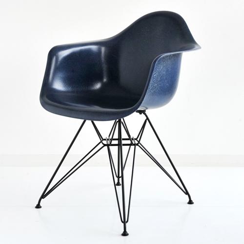 E4-7 Herman Miller イームズファイバーグラスシェルアームチェア DFAR(ブラックベース)/ネイビーブルー DFAR BK 117 E8【送料無料】ハーマンミラー Eames Molded Fiberglass Shell Arm Chairs_dp05