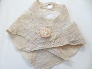 【Angelicaleaf】フェルティングサンカクスカーフ草木染めティペットブローチ付き優しいベージュカラー