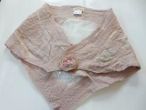 【Angelicaleaf】フェルティングサンカクスカーフ草木染めティペットブローチ付き優しいピンクカラー