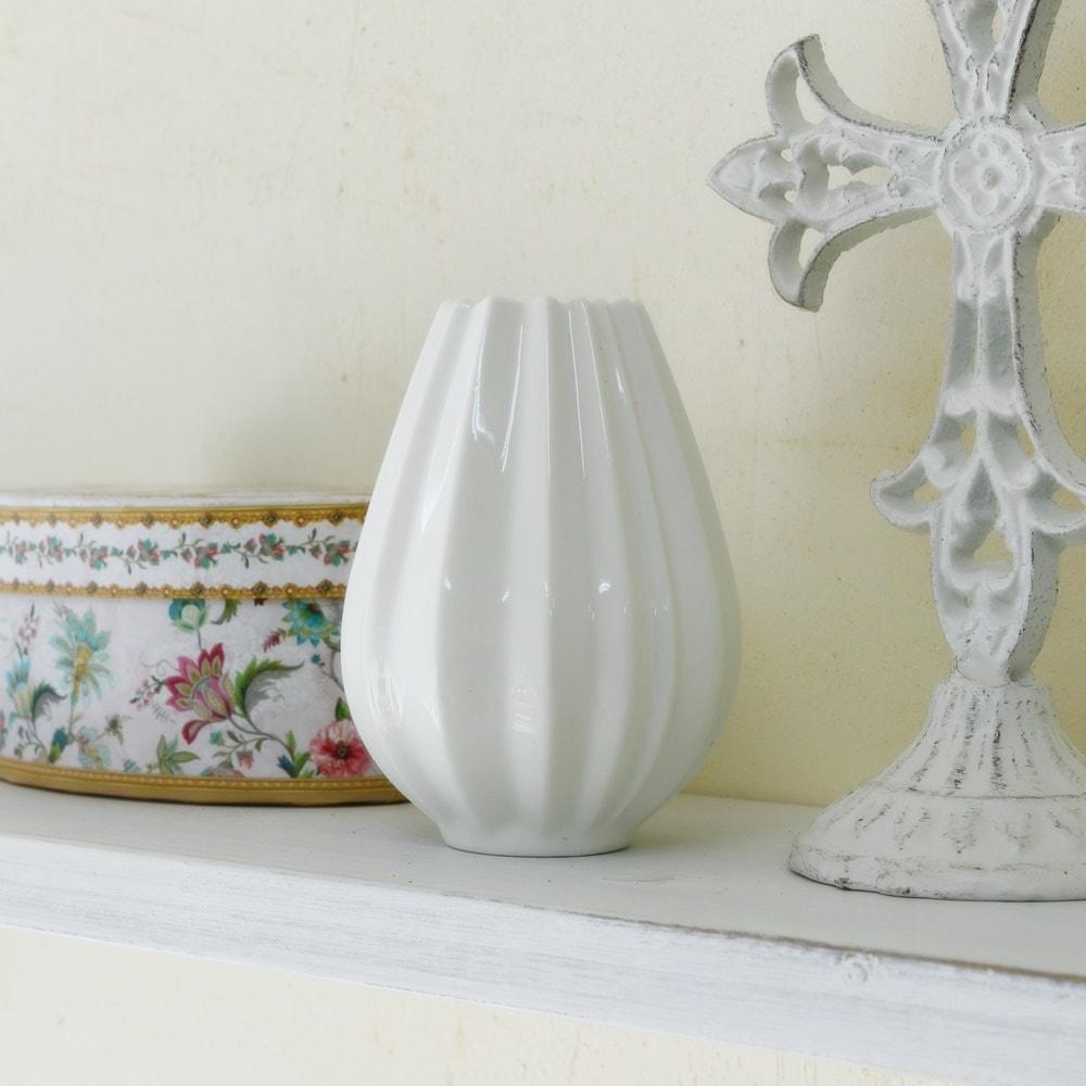 アンティーク風 雑貨 花器 花瓶 陶器 在庫一掃 フラワーベース 白 おしゃれ 生花や造花と合わせて 火 入荷予定 ホワイト アンティーク調の可愛い陶器のフラワーベース 可愛いファミニン 全国どこでも送料無料 9月7日 Φ7.5×高さ10cm プリーツベース 一輪挿し