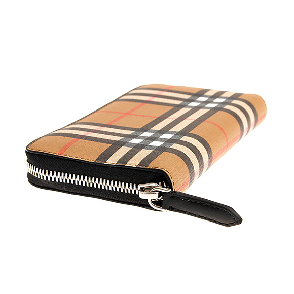 a6b22eed270c Footnote   LG ZIG   The large long wallet where a vintage check of the  Burberry attracts an eye. As it is a round fastener type