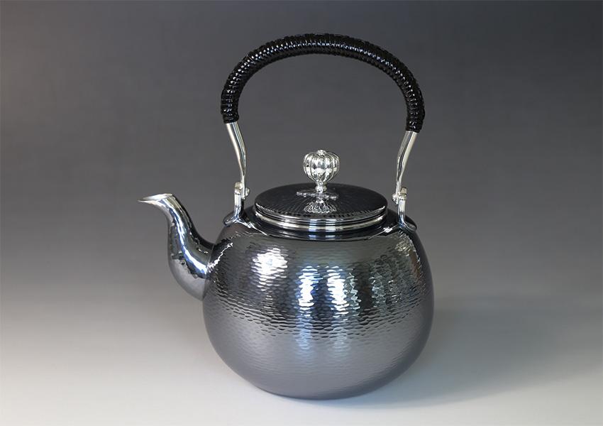 銀川堂 日本製・証明書付き 純銀・湯沸し(四合入) 800cc ゴザ目 純銀保証 茶器 茶道具 銀瓶 湯沸かし ※「いぶし銀仕上げ」は2週間前後のお届けです※/クリスマス