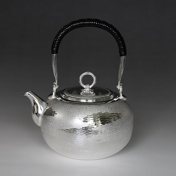 一守堂 純銀・湯沸し600cc手打ち瑞雲模様・S口・リングツマミ・いぶし銀 銀瓶 茶器 茶道具