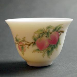 可愛い桃柄の茶杯です 台湾風清堂のもの セットの買い足しにもどうぞ 茶杯 風清堂 茶器 磁器 蔵 寿桃 台湾茶器 中国茶器 セール 特集