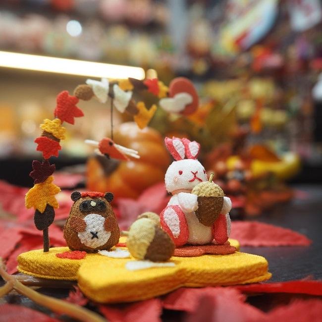 子供の手のひらに乗るくらい小さな置き飾りこんなに小さいのに作りはとっても繊細で驚くほどに丁寧置物 飾り 有名な 誕生日プレゼント 玄関 インテリア 紅葉 きれのはな 小さな四季の置き飾りシリーズうさぎ もみじ かえで 落ち葉 秋 狸 赤とんぼ どんぐり 夕焼け 夕日 ミニチュア イチョウ 可愛い コンパクト 銀杏