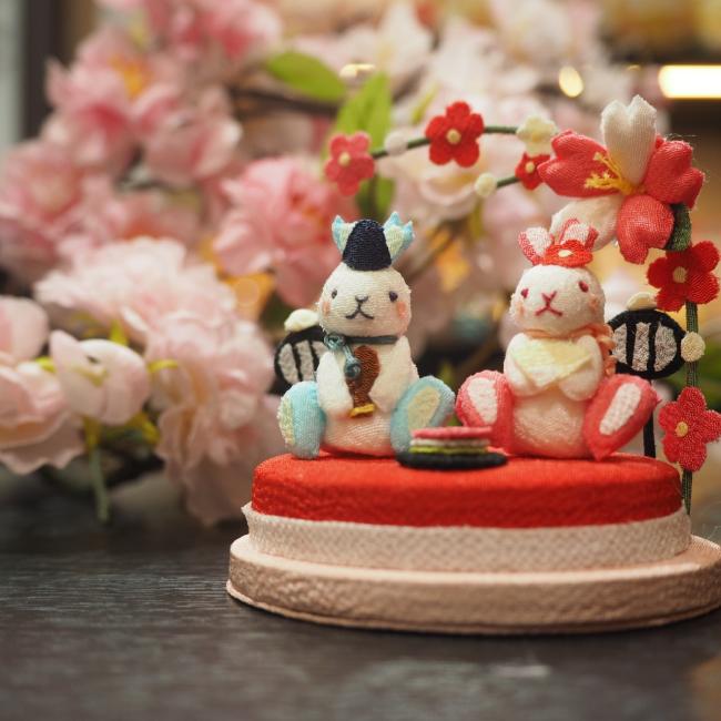 子供の手のひらに乗るくらい小さな置き飾り 桃の節句 きれのはな 小さな四季の置き飾りシリーズ初節句 3月 雛祭り 可愛い コンパクト 弥生 うさぎ ミニチュア 孫 お祝い プレゼント インテリア 小さな飾り物 手作り 5☆好評 ちりめん細工 ハンドメイド 季節 兎 結婚祝い ウサギ ミニサイズ 手のひらサイズ 玄関