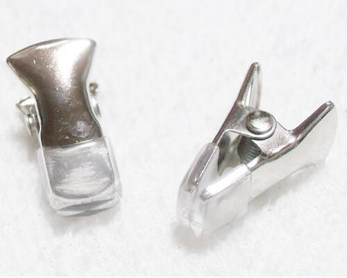 カーディガンクリップ 毎日激安特売で 営業中です 羽織紐 高額売筋 眼鏡クリップ 帽子クリップ アクセサリーパーツ メタルパーツ 銀色 2個セット ゴム付きクリップ