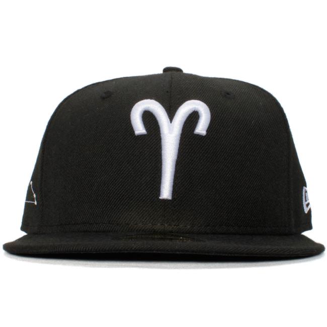 뉴 에러 5950 캐프화이트로고조디악크아리에스(밥통글자좌) 블랙 화이트 New Era 59 Fifty Cap White Logo Zodiac Aries Black White Glow White
