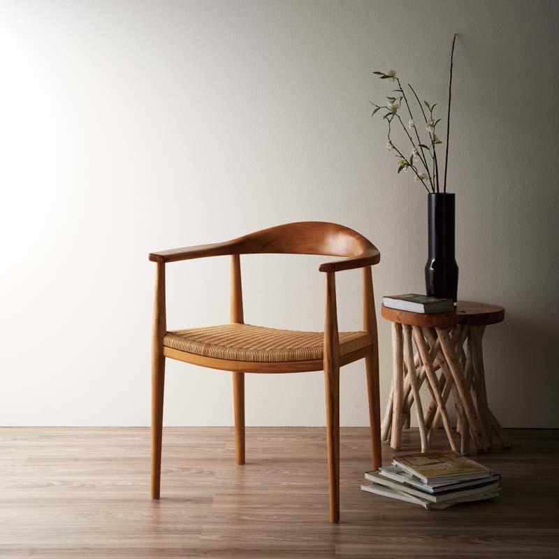 伝統的な名作チェアをもとに 現代の日本のライフスタイルに合わせて新たにデザインされたダイニングアームチェア お買い物M5%OFFクーポン発行 チェア ダイニングチェア 木製 完成品 カフェ風 背もたれ付き ダイニングチェアー 食卓椅子 デスクチェア ラタン 北欧 レトロ ナチュラル モダン 籐 C300WX7 送料無料 編み 民泊 おしゃれ ワークチェア お得 スーパーセール