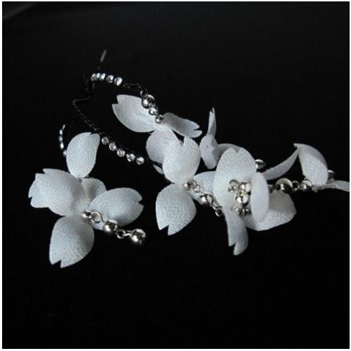 お見舞い 3個セット商品です可愛い花びらが揺れ動き ストーンがキラキラと輝きを増し 白い花のヘア飾り三個セット 人気激安 舞子さんのような気分を味わえます