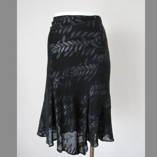 定価 黒の薄手に葉のプリント 包み込むようなシルエットがセクシーな印象に見えます LOWウエストタイプです 誕生日/お祝い 黒い薄手プリントスカート 中古 ICB