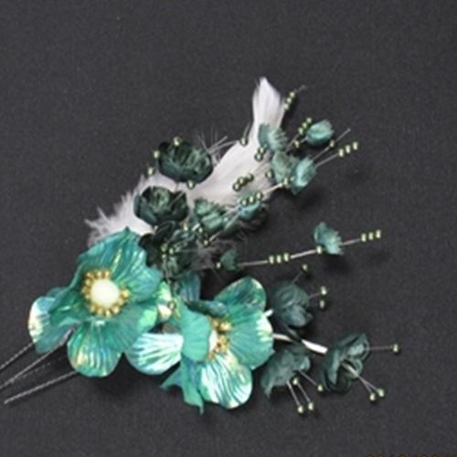 大 小 羽と小さなお花のヘア飾り二個セット 2個セットになっています大きい方にはふんわりとした羽と小さなお花をひきたてるように緑色の葉っぱとビーズが華やかさを演出できます 在庫限り ブランド品