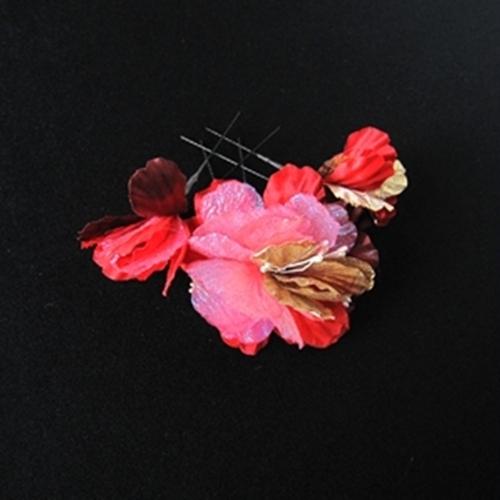 タイムセール 鮮やかな赤とピンクの調和が明るく パッと咲いたお花がアクセントにお使いいただけます セール商品 赤とピンクびお花の髪飾り